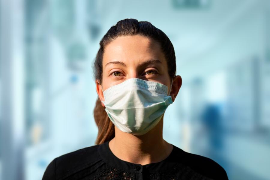 Mulher com máscara COVID-19